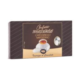 Mandorla tostata avvolta da uno strato di cioccolato fondente al gusto di caffè, ricoperto da un sottile strato di zucchero.