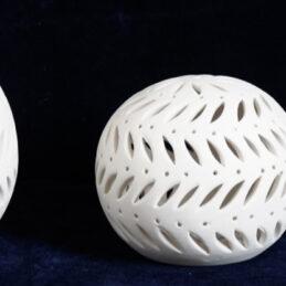 Bomboniera sfera traforata in porcellana bianca con led